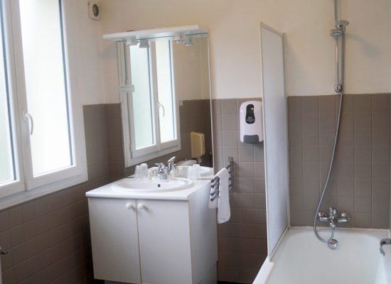 HOTEL-BISTROQUET-LUSIGNAN-CHAMBRE
